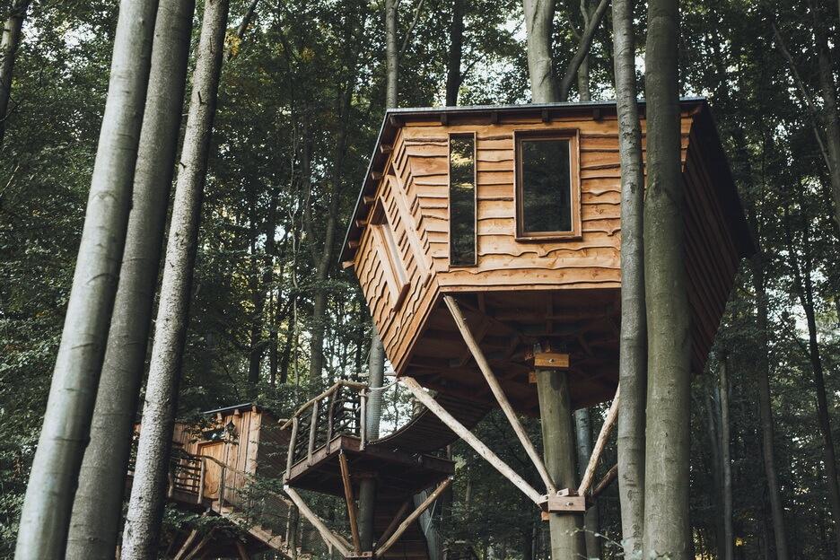 baumhotel robins nest schlafen in urigen h tten in h hen. Black Bedroom Furniture Sets. Home Design Ideas